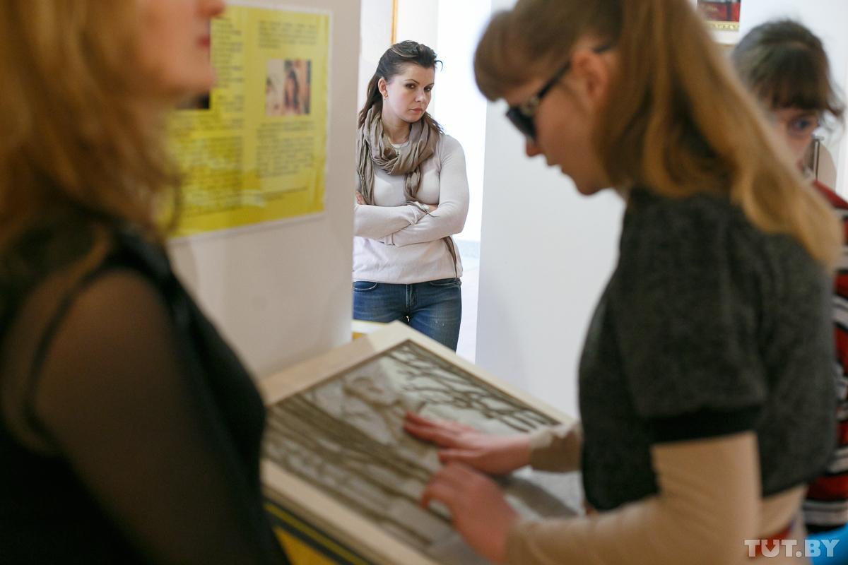 10 vystavk dlya slepykh 26022015 zam tutby phsl 1 - Почувствовать, чтобы увидеть. Как незрячие исследуют картины Хруцкого и Бялыницкого-Бирули