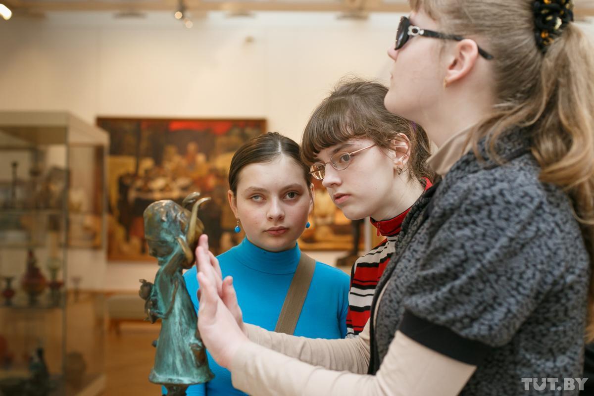 11 vystavk dlya slepykh 26022015 zam tutby phsl 1 - Почувствовать, чтобы увидеть. Как незрячие исследуют картины Хруцкого и Бялыницкого-Бирули