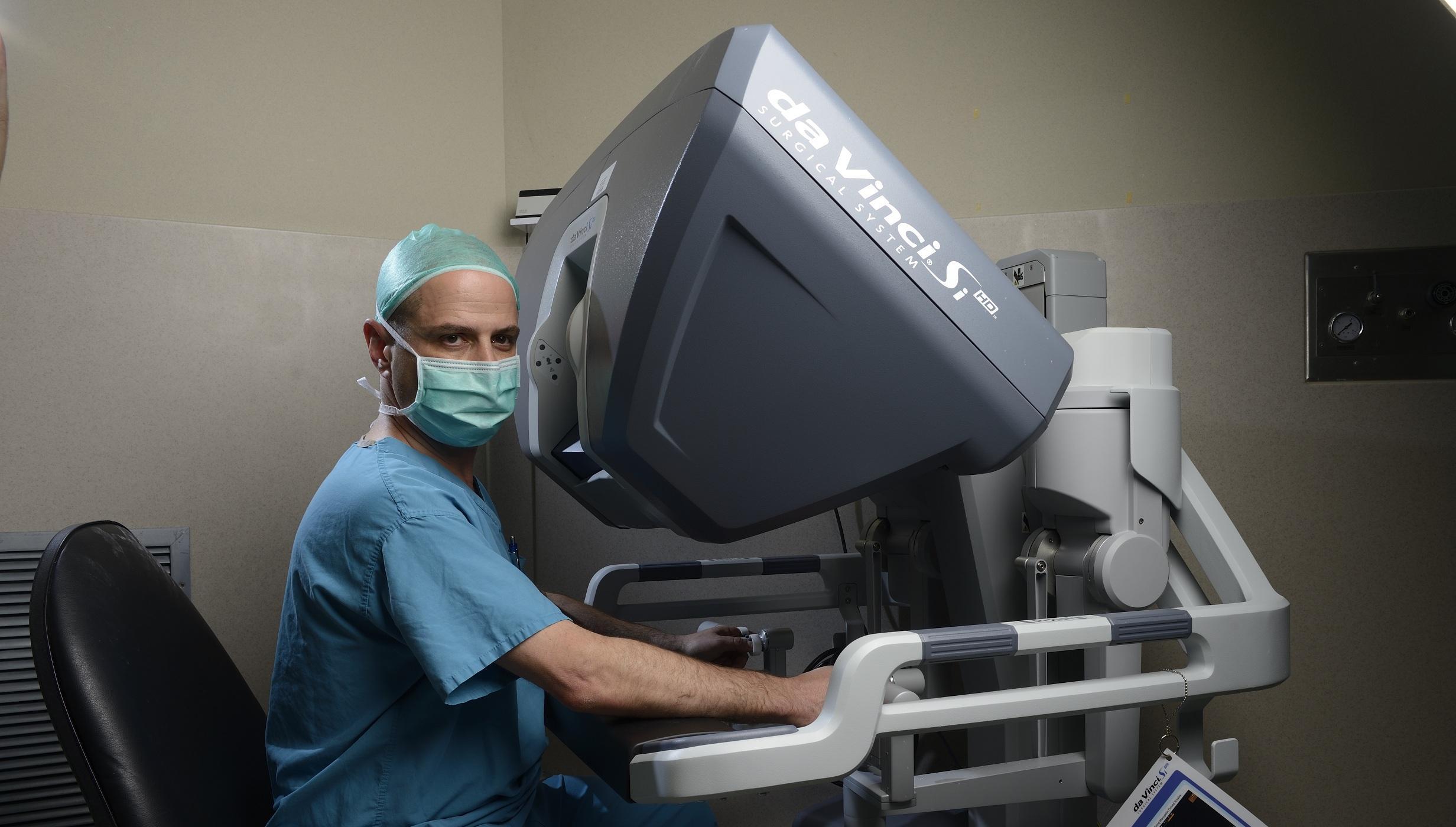 Впервые в России при операции на брюшной части аорты ассистировал робот