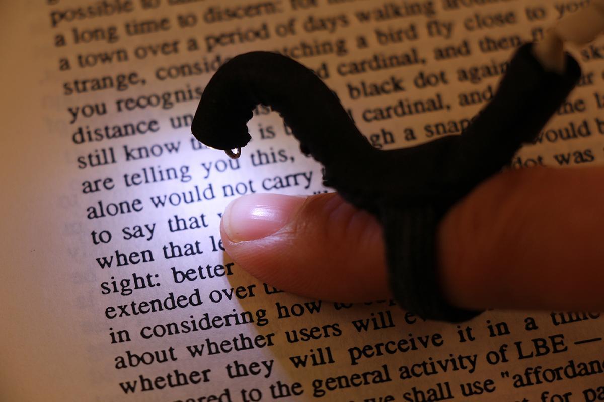 помогающее слепым читать обычные книги