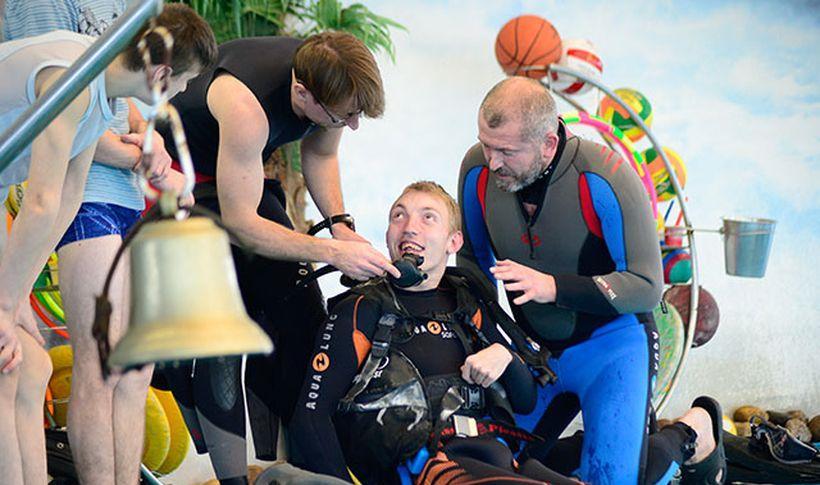 Инвалид-колясочник освоил азы дайвинга в столичном дельфинарии