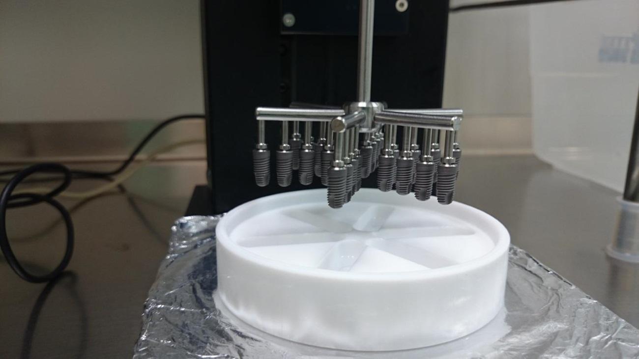 созданы зубные импланты, которые способны сами врастать в кость