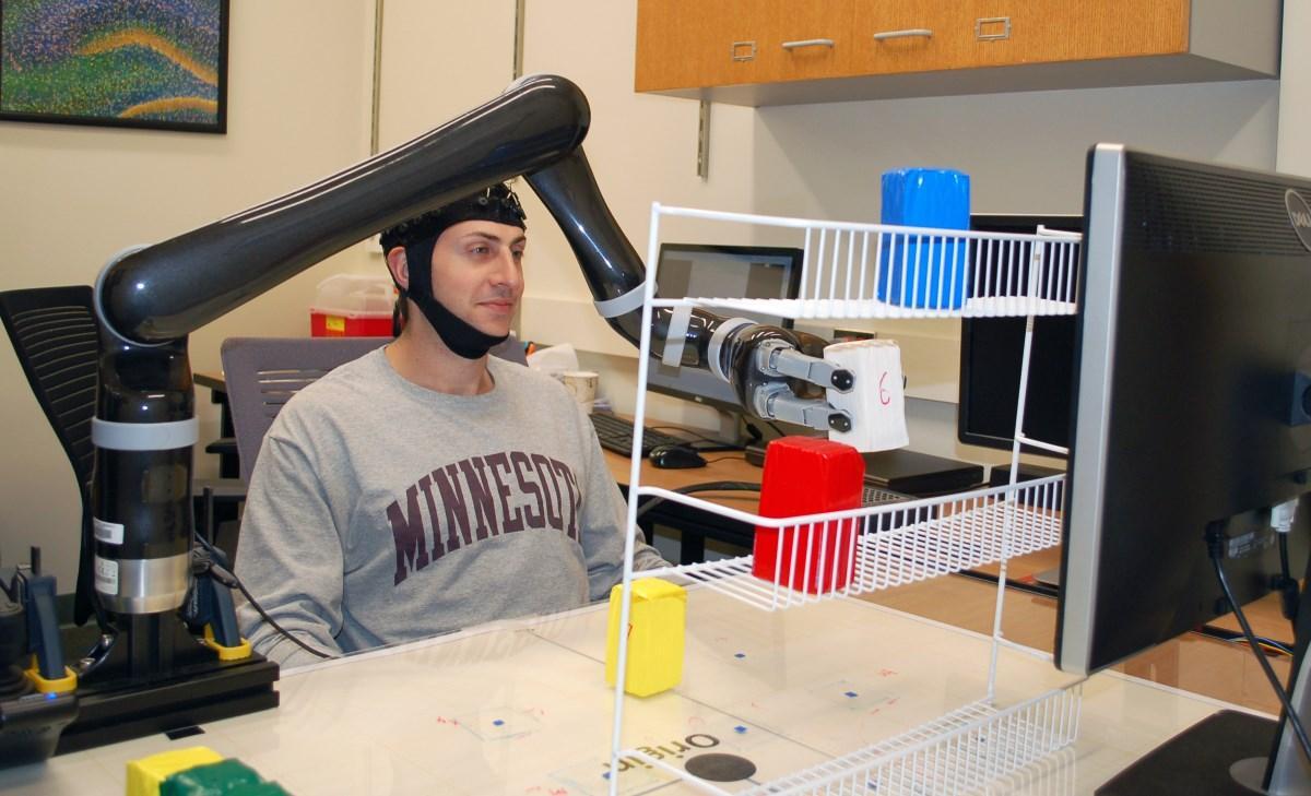 ЭЭГ-технология позволила людям управлять роборукой одной лишь силой мысли