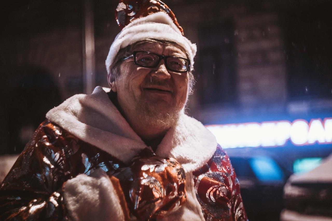 «Ночлежка» сняла клип о бездомных Дедах Морозах, поздравляющих людей на улице