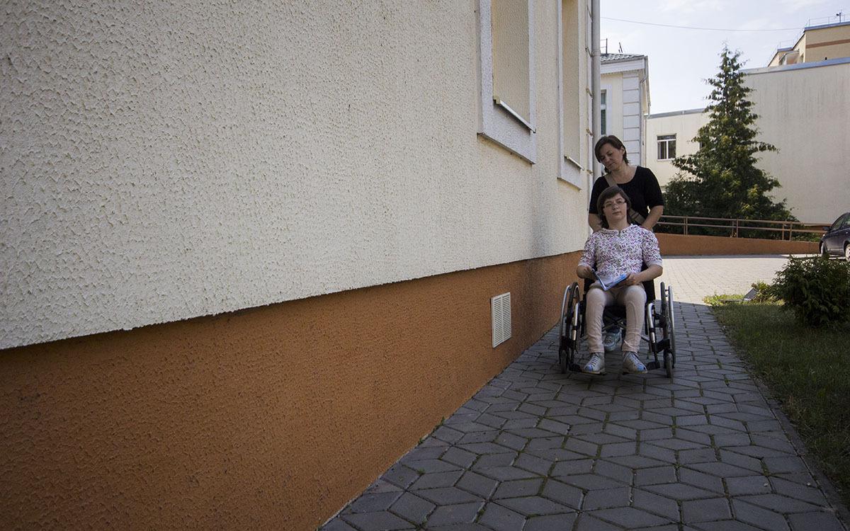 Спустя год мать ребенка с ДЦП, которую выселили из-за долга, вернулась домой
