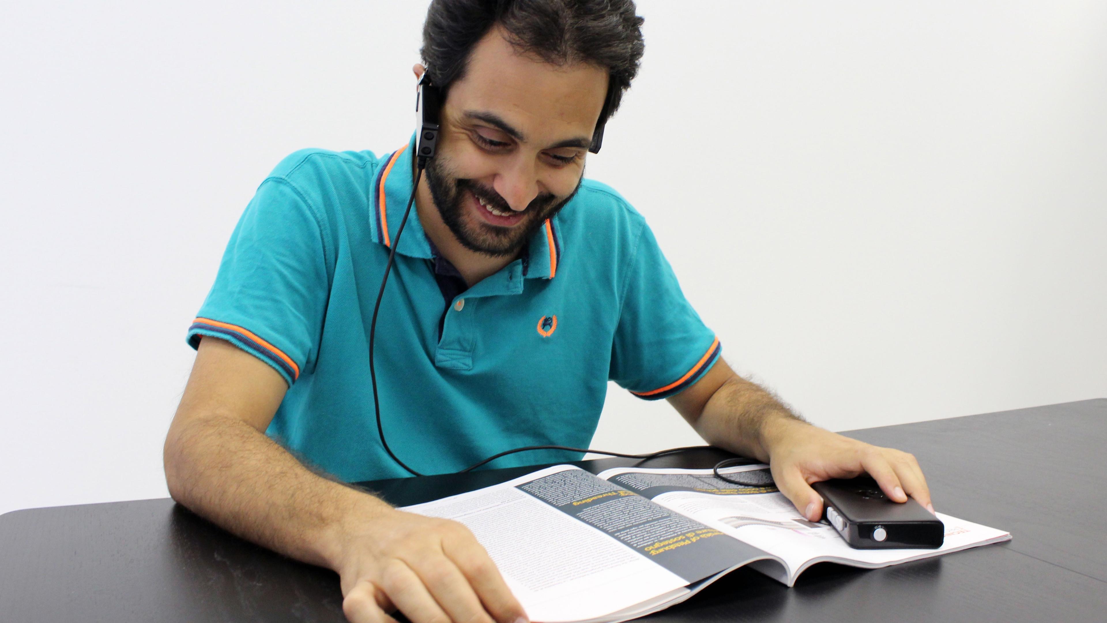 Новый гаджет поможет слепым людям в навигации, чтении и распознавании лиц