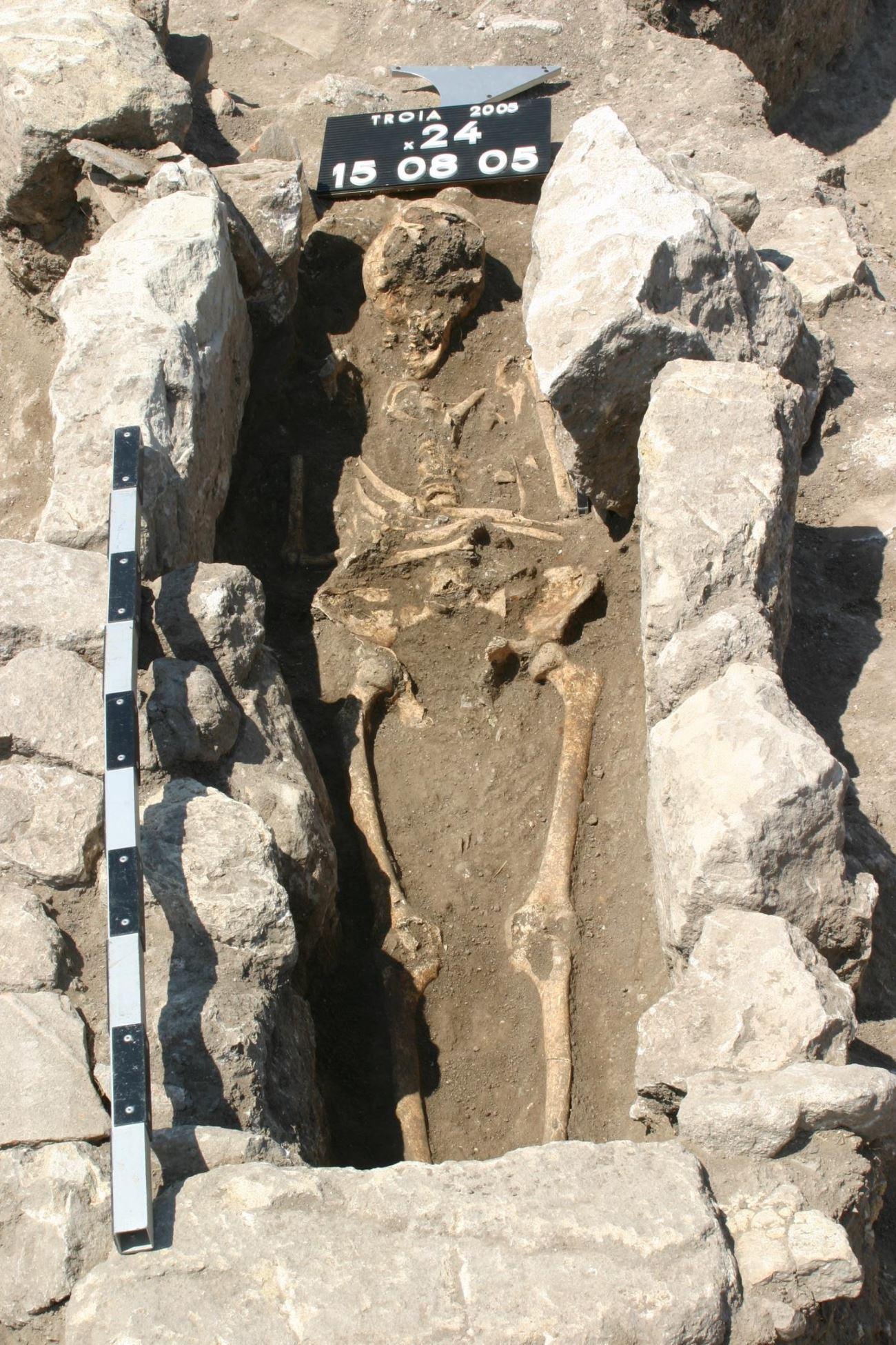 древний скелет рассказал о геноме опасной бактерии