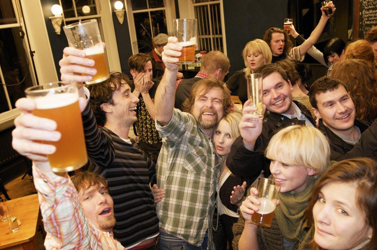 мужчины пьют, чтобы чаще улыбаться