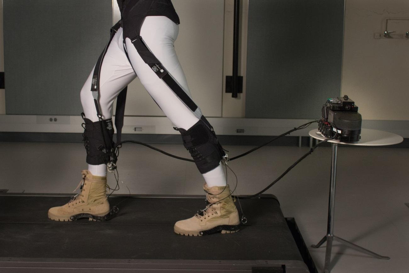 Инженеры создали мягкий экзоскелет, облегчающий ходьбу
