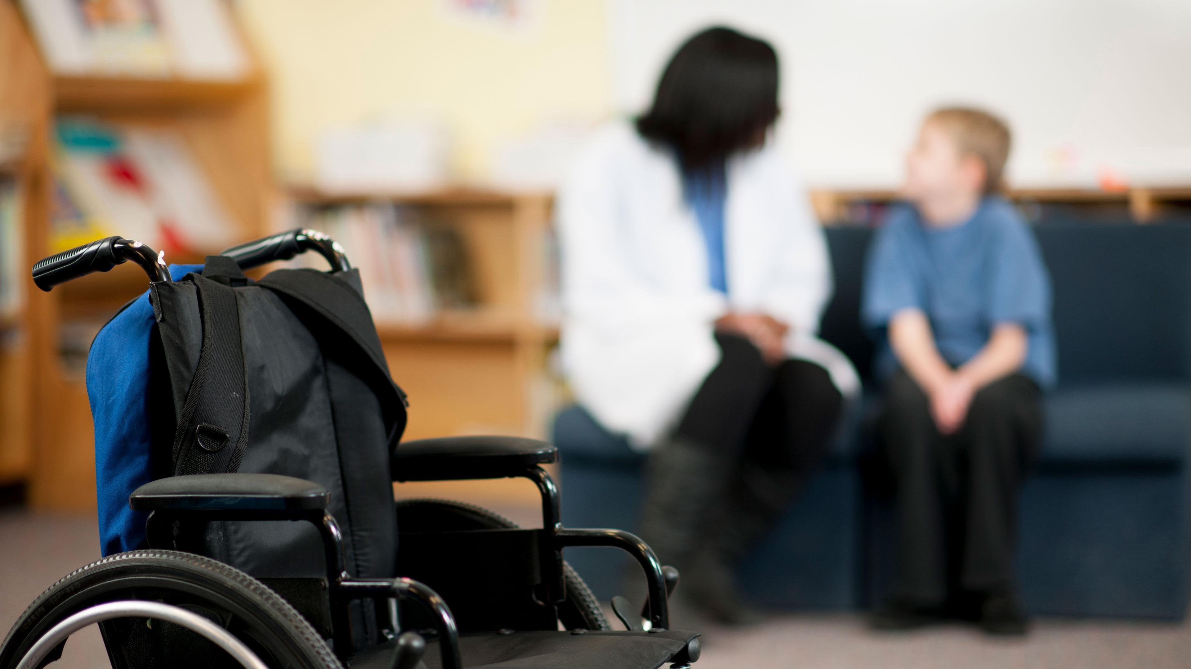 В школах появятся помощники учителей для работы с детьми-инвалидами