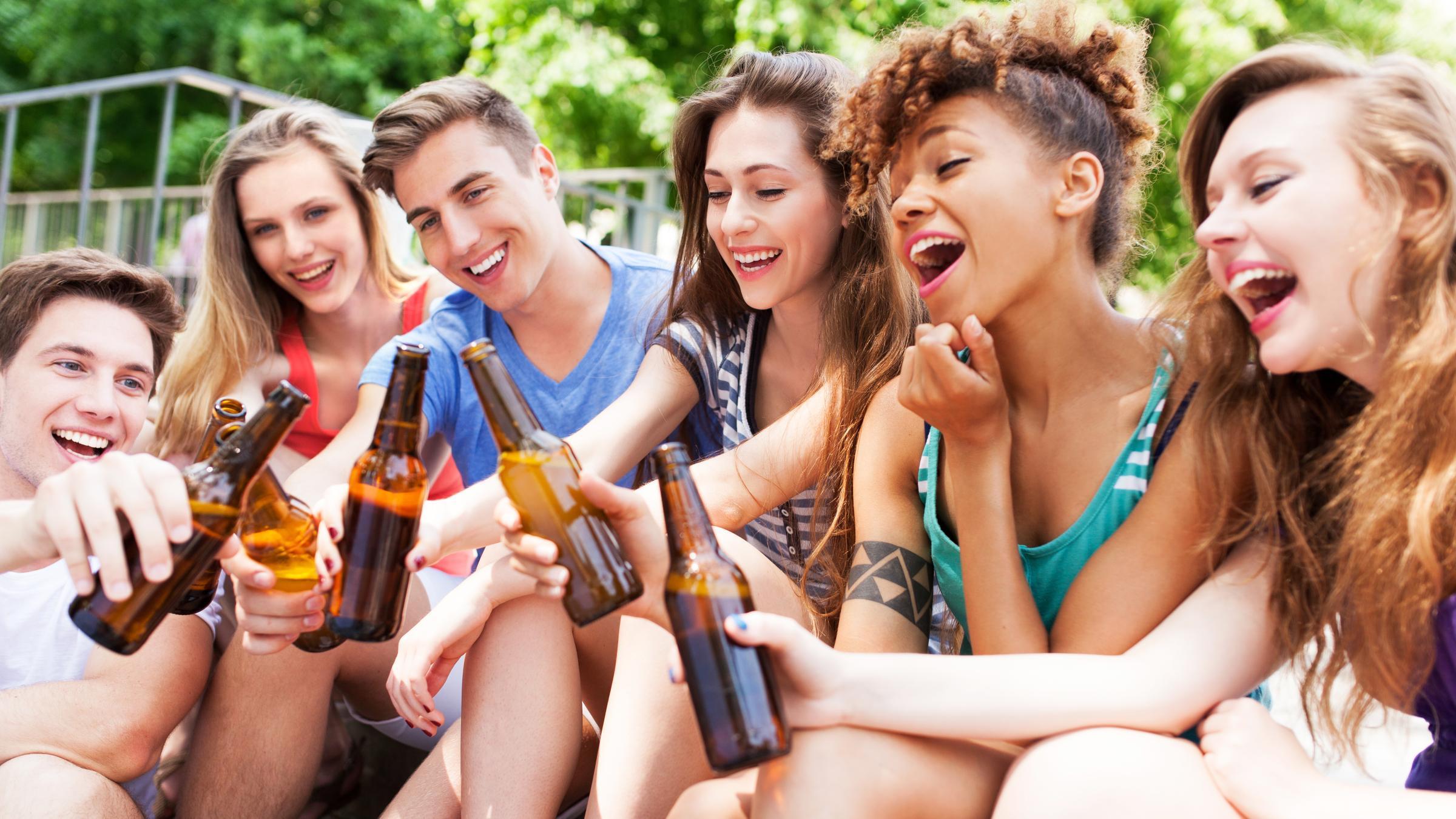 Мужчины сильнее подвержены социализирующему действию алкоголя, чем женщины