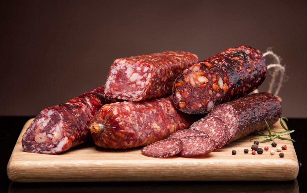 ВОЗ собирается внести сосиски и колбасу в список канцерогенов