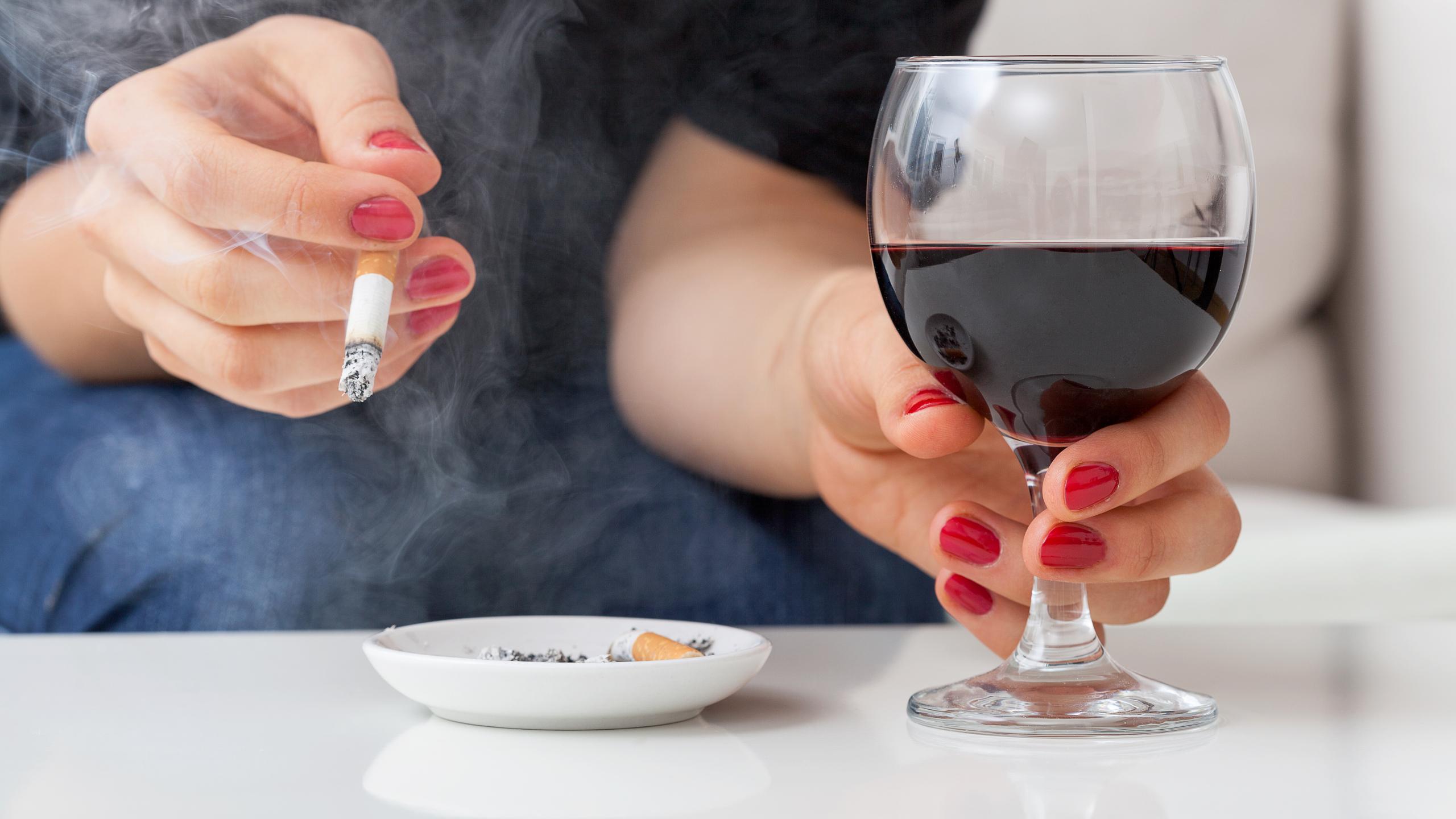 Почему курильщиков сильнее тянет к алкоголю