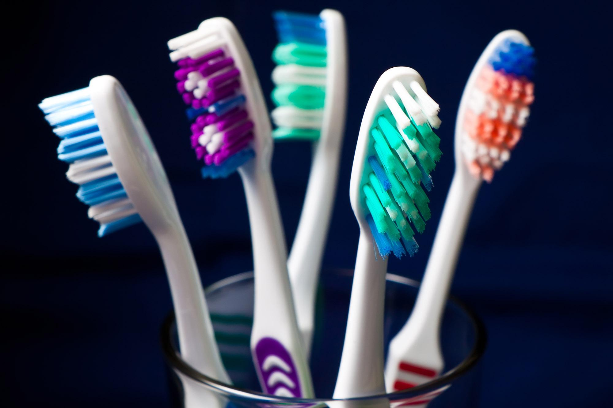 Чем зубные щетки опасны для здоровья, и как с этим бороться