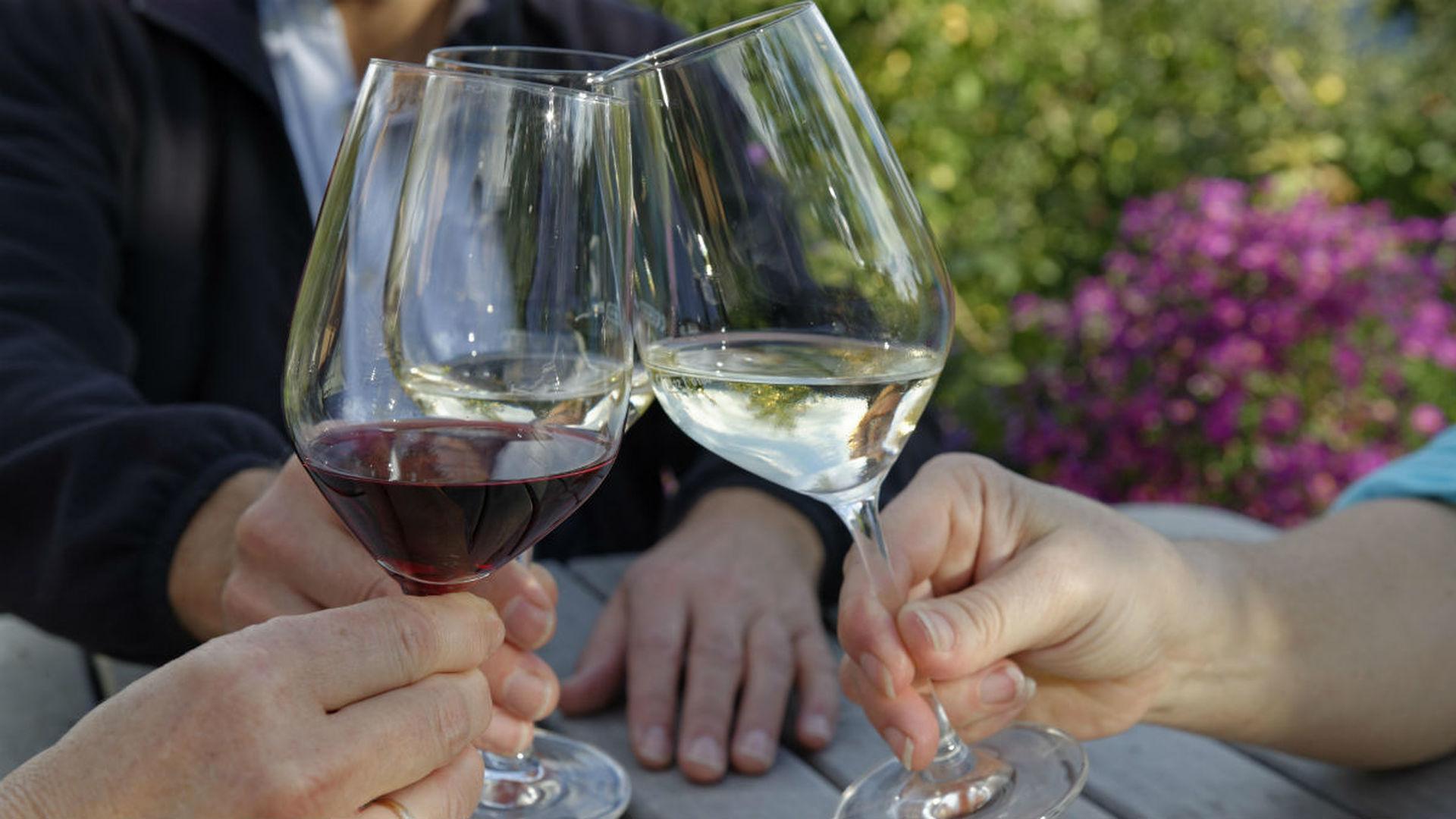 В отличие от молока вино и кофе полезны для человека