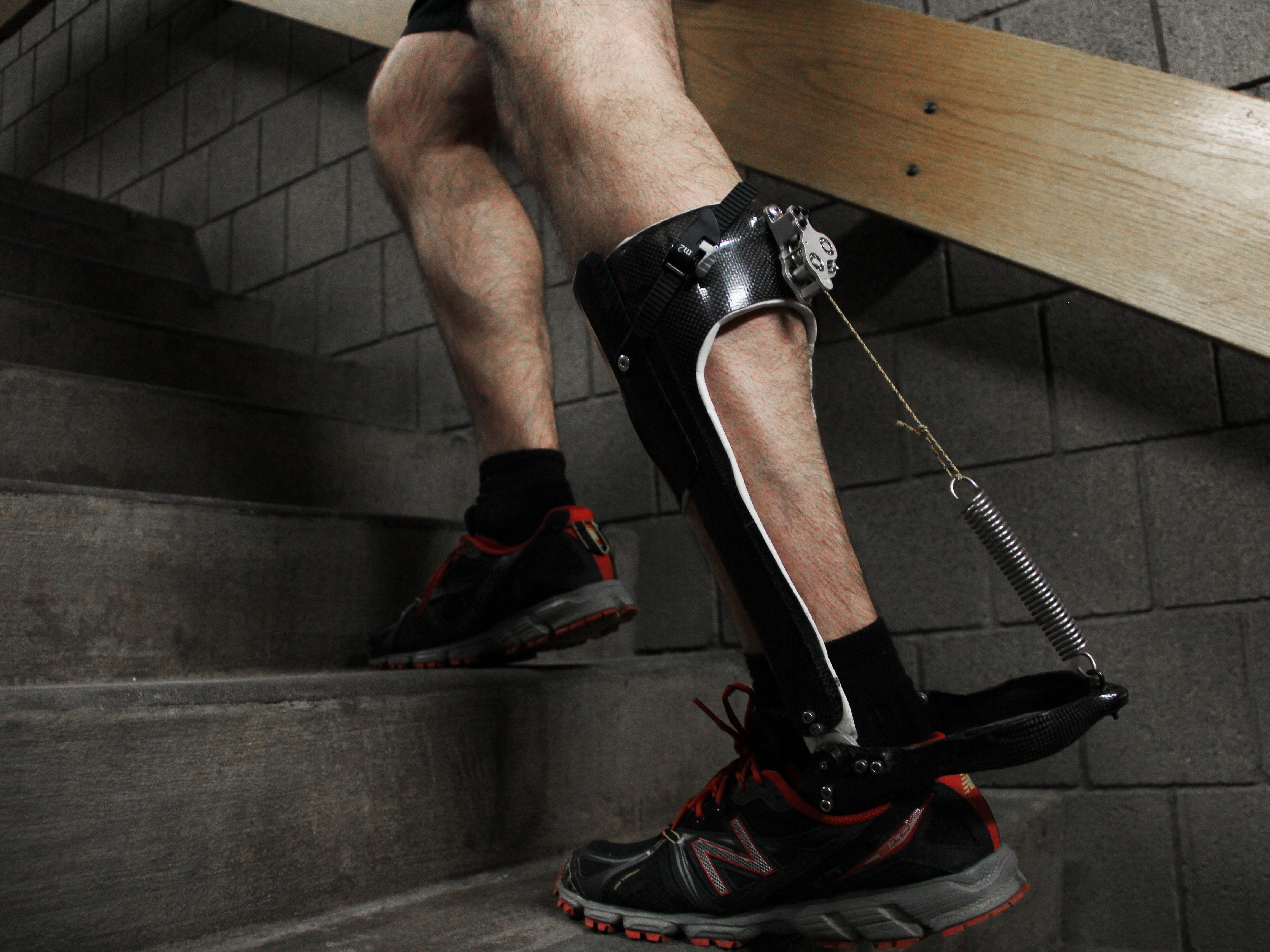 Новый экзоскелет снижает нагрузки на ноги человека при ходьбе