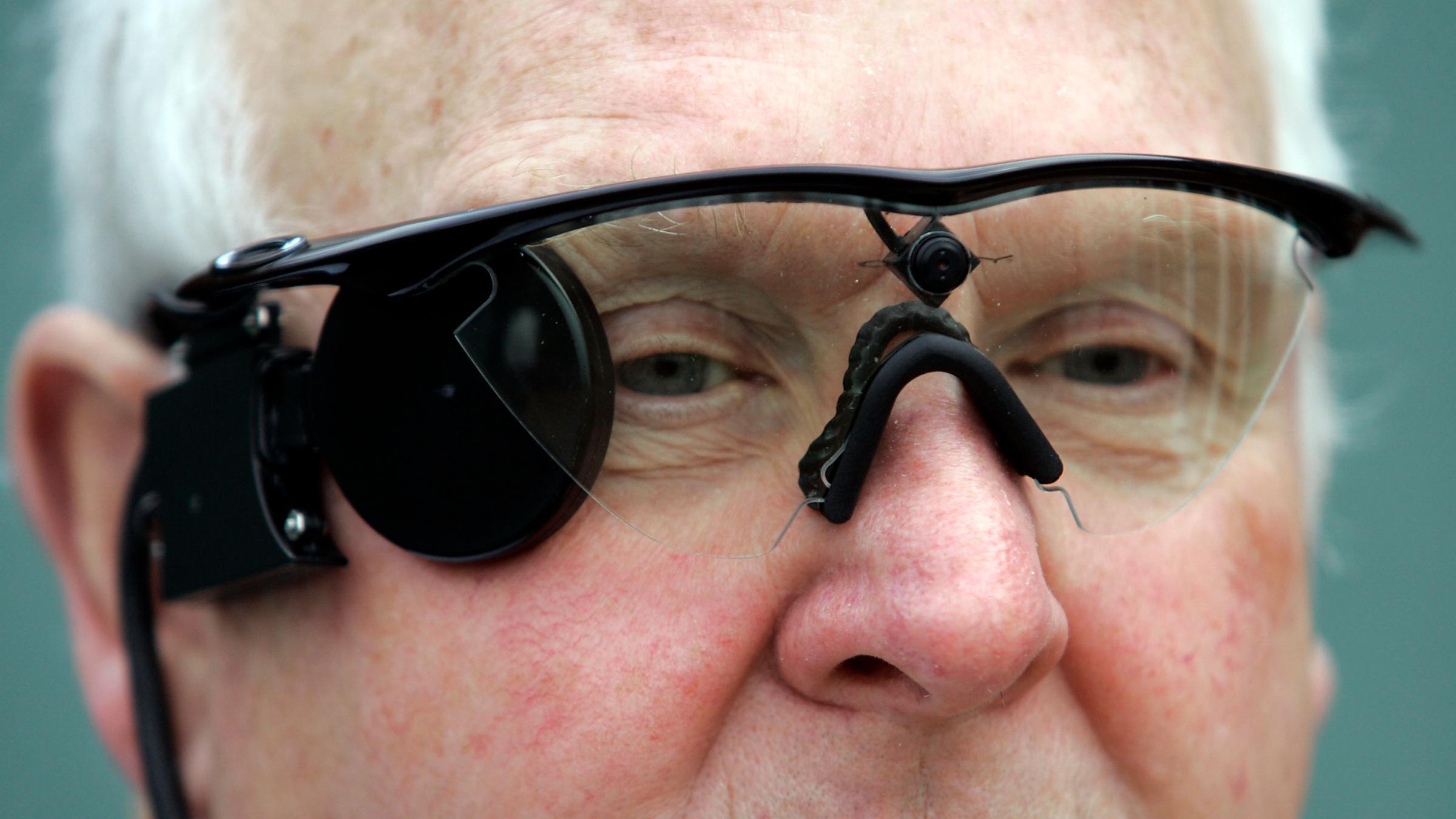 Бионический глаз впервые установили пациенту с макулярной дегенерацией