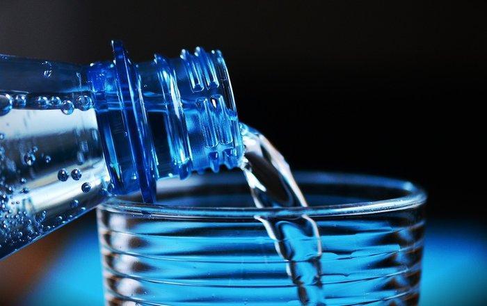 Вода из пластиковых бутылок может повышать риск ожирения