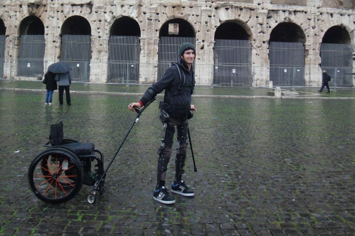Экзоскелет поможет ходить парализованным людям