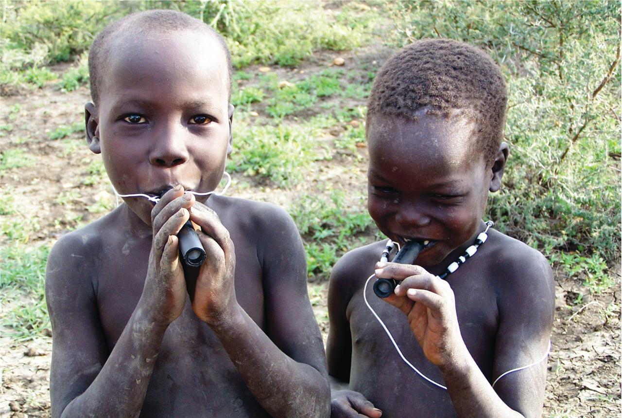 Суданские дети с трубочками с фильтром, не пропускающим зараженных риштой мелких рачков-циклопов