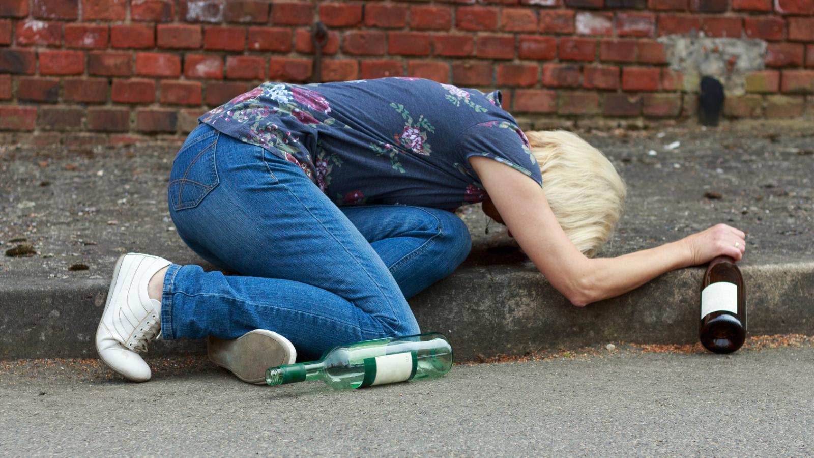 Бытовой алкоголизм: как выжить в мире, где все пьют