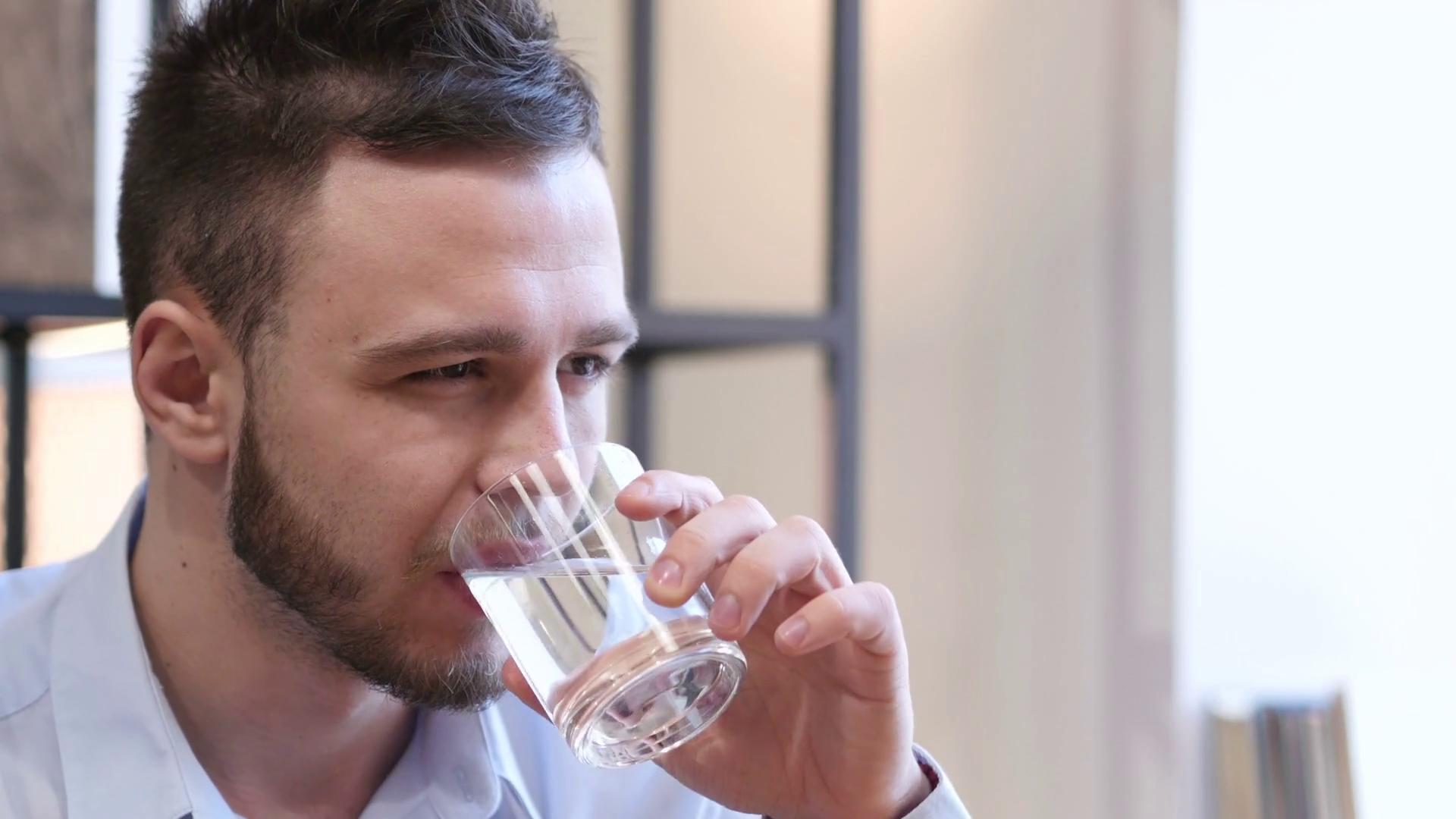 Три причины не пить много воды