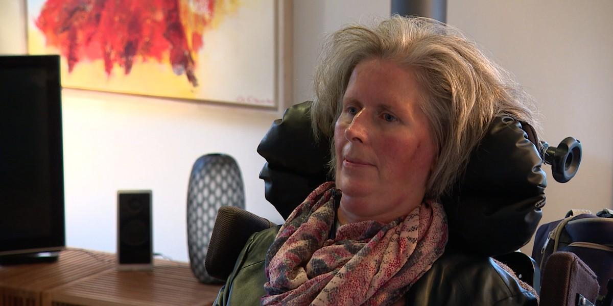 Парализованная женщина впервые смогла общаться с миром с помощью «домашнего» имплантата