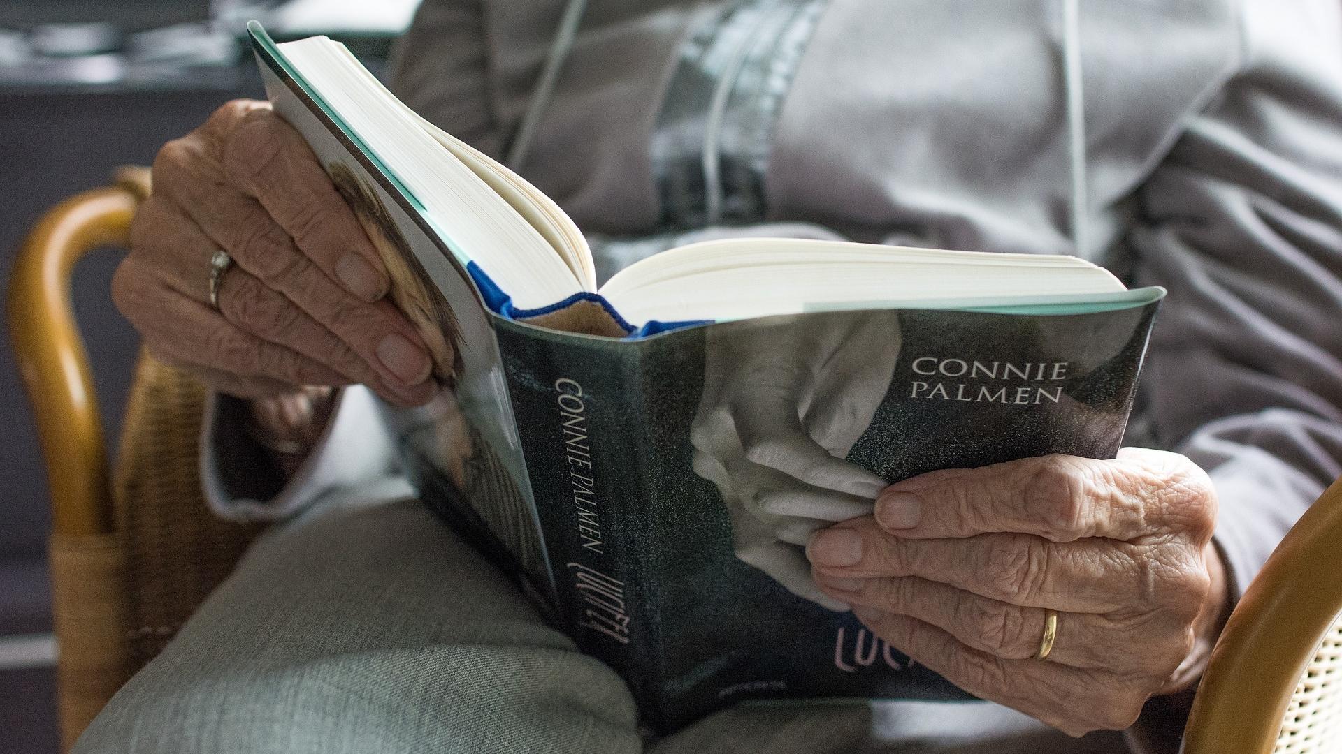 Чтение книг в пожилом возрасте продлевает жизнь