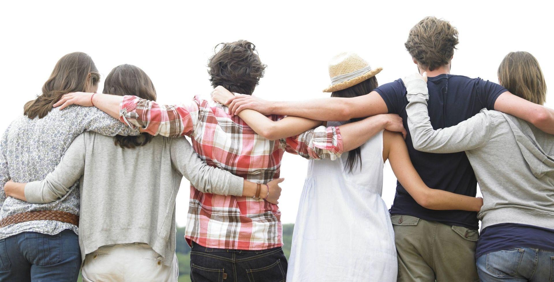 Общительность в молодости назвали залогом счастья после 40
