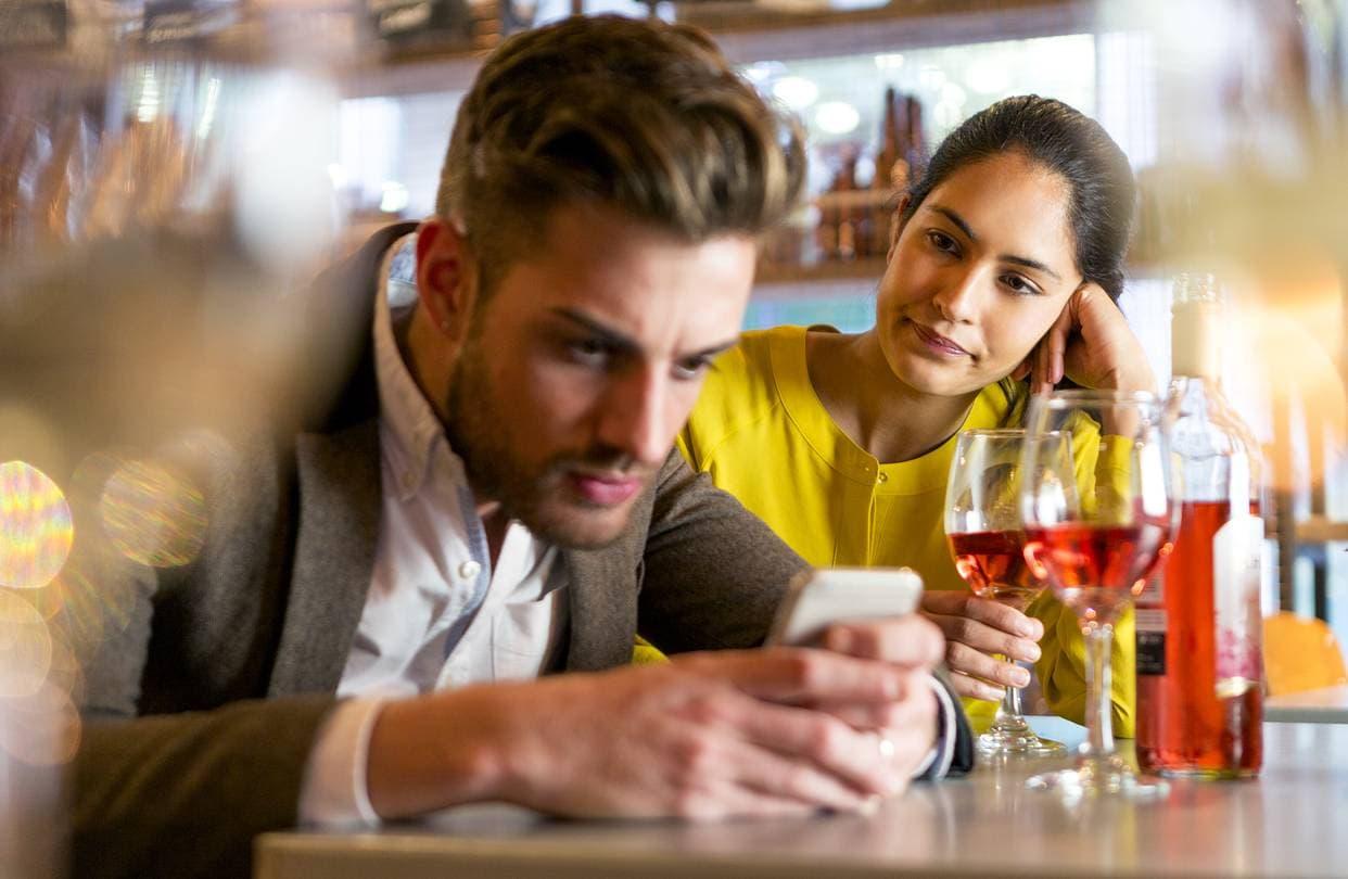 Смартфон на свидании может разрушить отношения