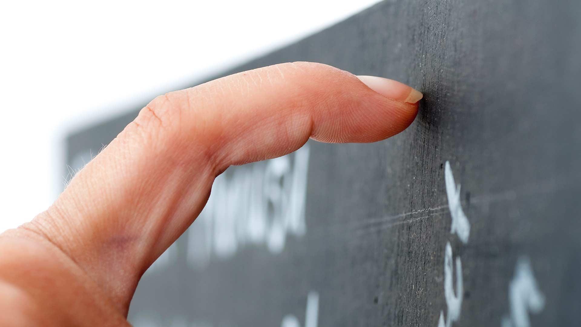 Ученые объяснили неприязнь к скрежету ногтей по стеклу