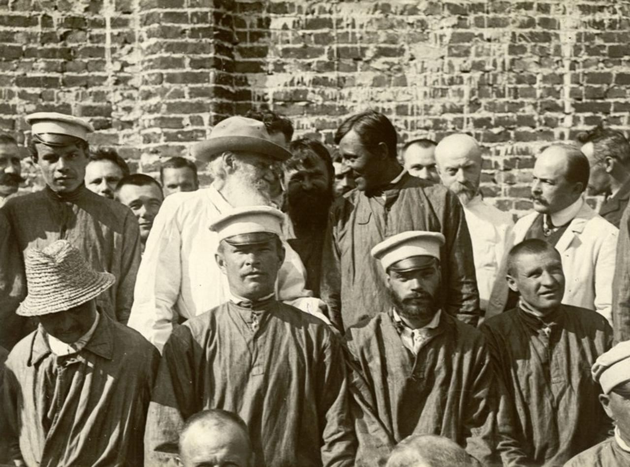 Лев Толстой и Душан Маковицкий среди больных и врачей Троицкой окружной психиатрической больницы