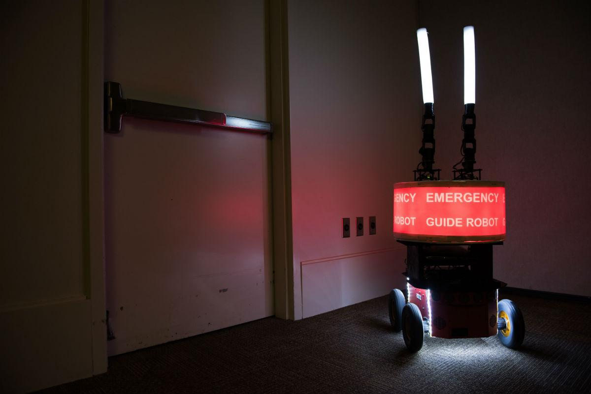 эксперимент показал, что доверять роботам нельзя