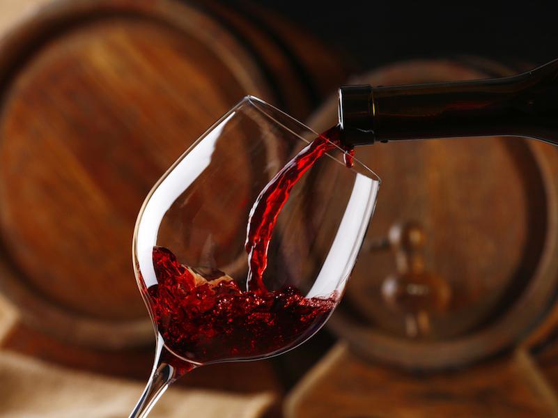 бокал вина за ужином не спасает от инфаркта и инсульта