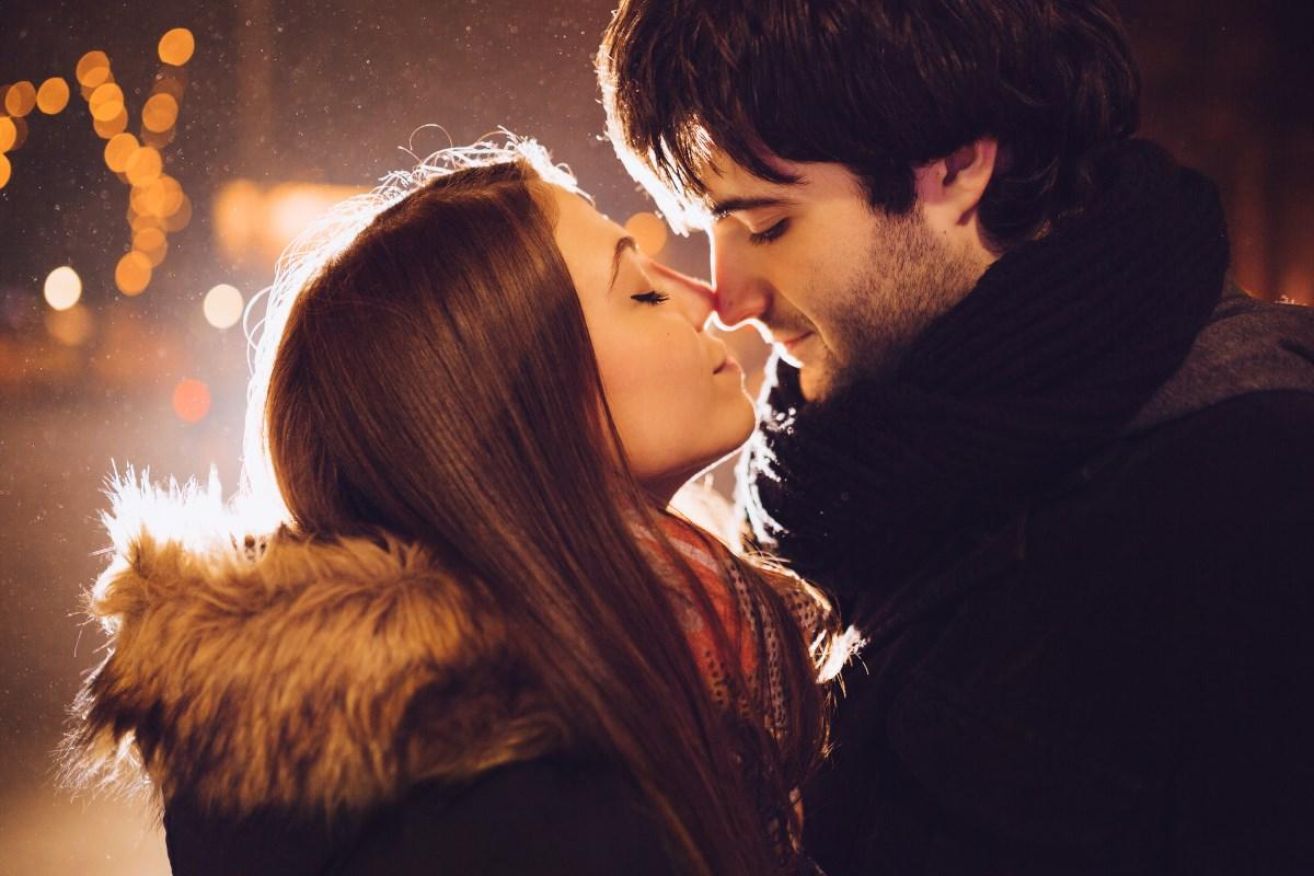 люди целуются справа