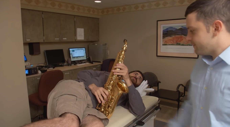 Зачем играть на саксофоне во время нейрохирургической операции?
