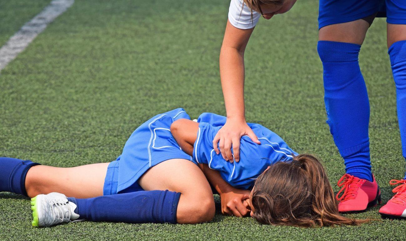 Девочки быстрее мальчиков вернулись к игре в футбол после сотрясения мозга