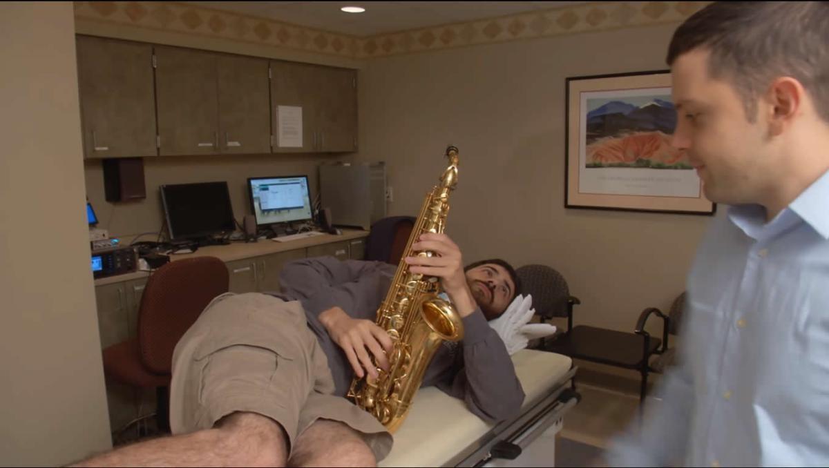 зачем играть на саксофоне во время нейрохирургической операции
