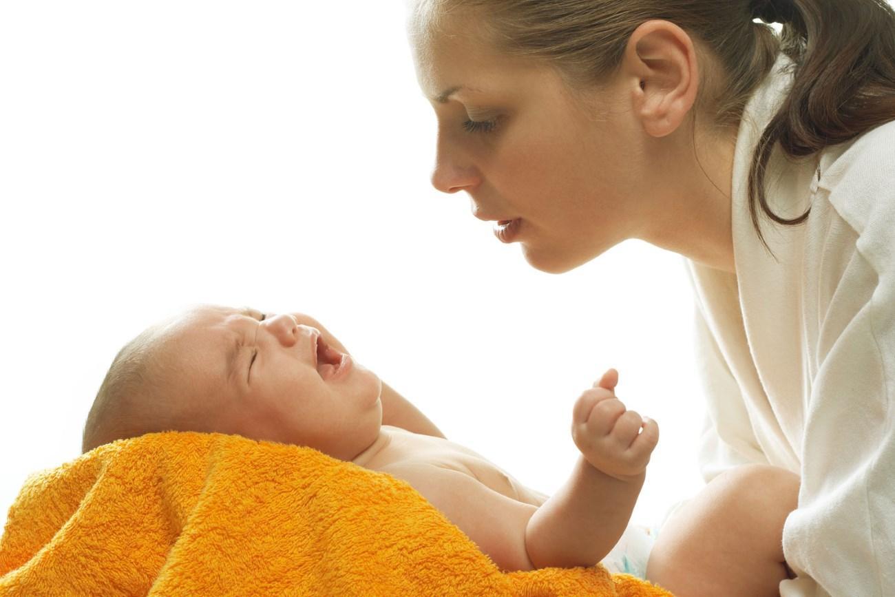 стремление матери подойти к плачущему младенцу оказалось «вшито» в мозг