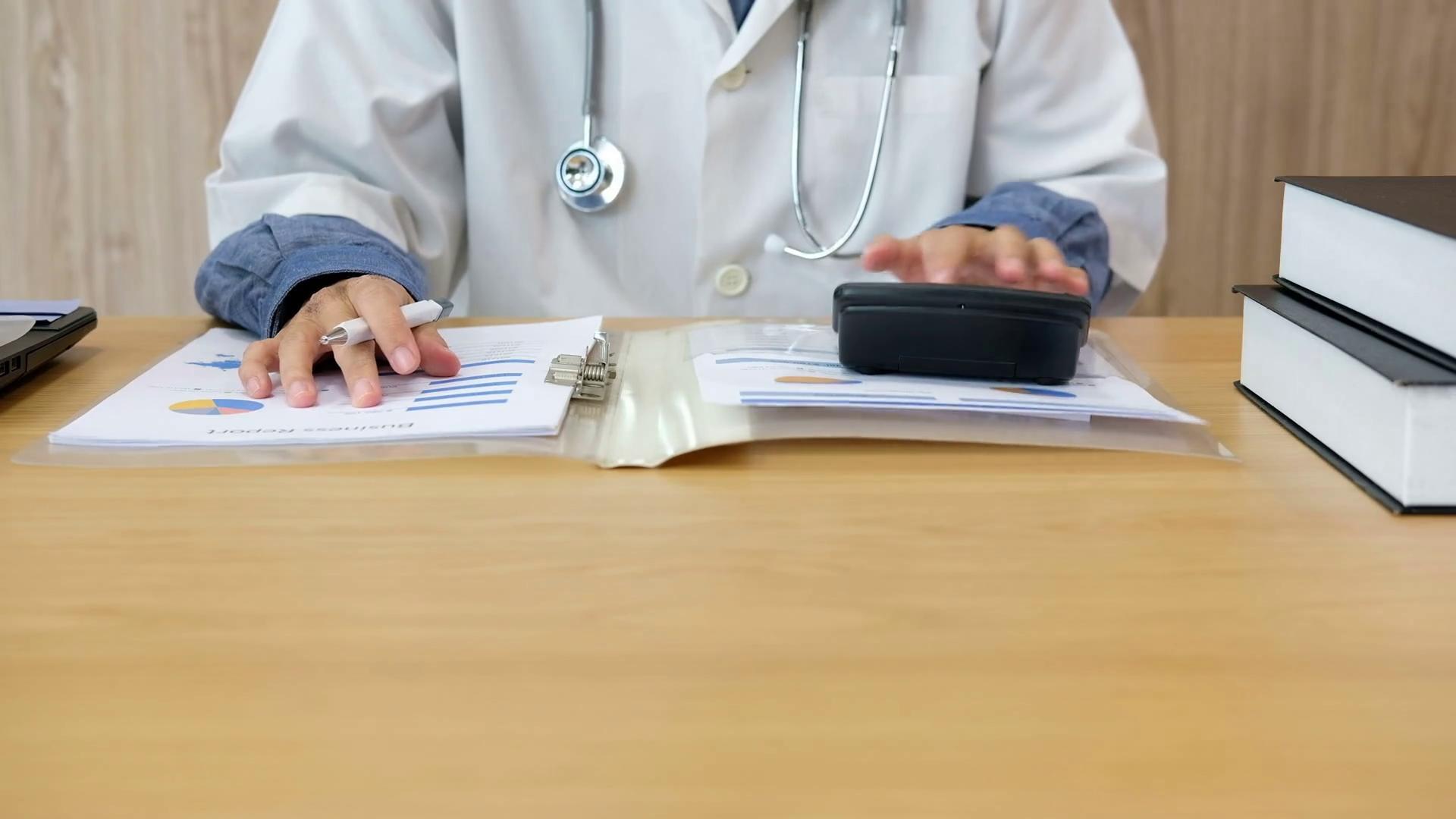 Пациенты вступились за врачей, наказанных за перерасход средств на лечение