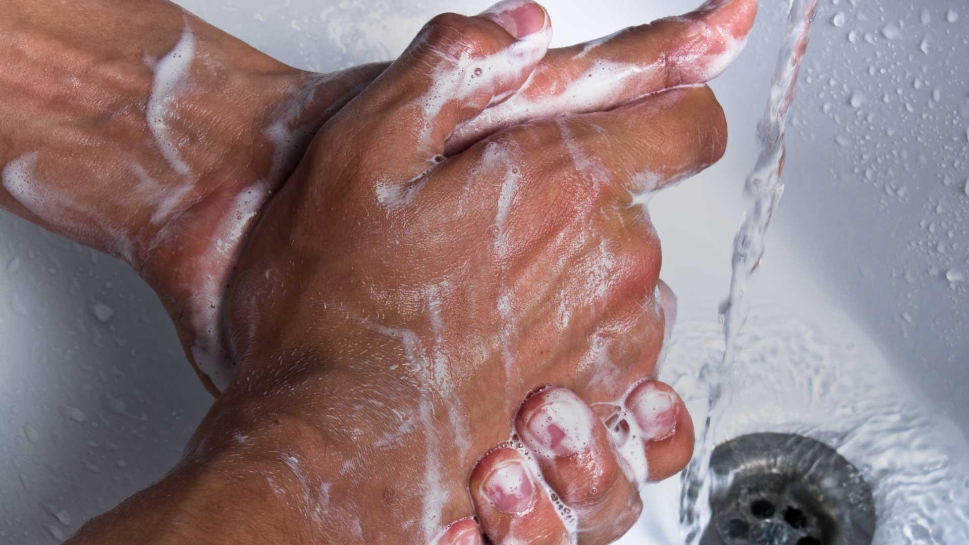 Вы моете руки неправильно. Ученые объяснили, как надо это делать