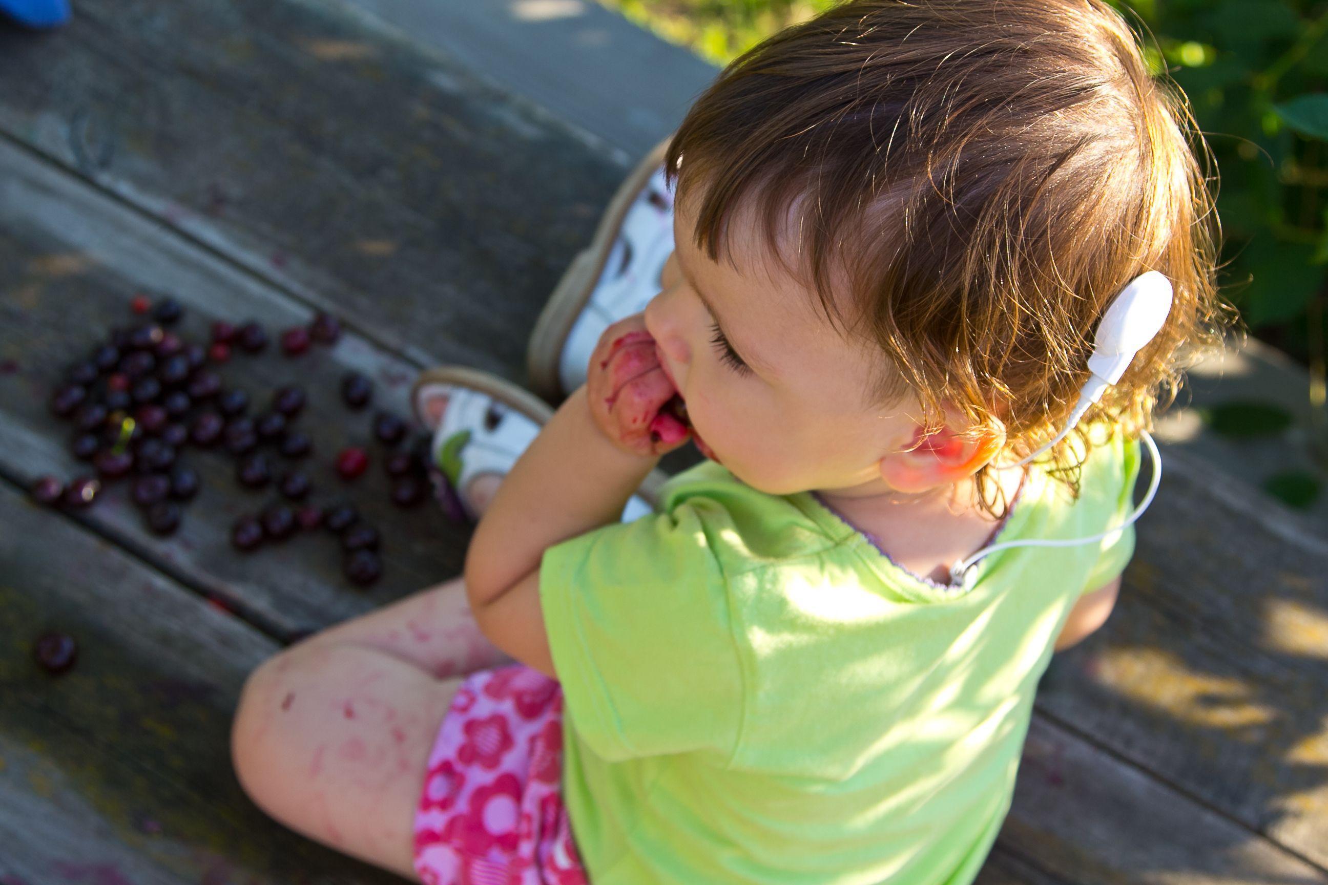 Глухие дети учат слова быстрее слышащих