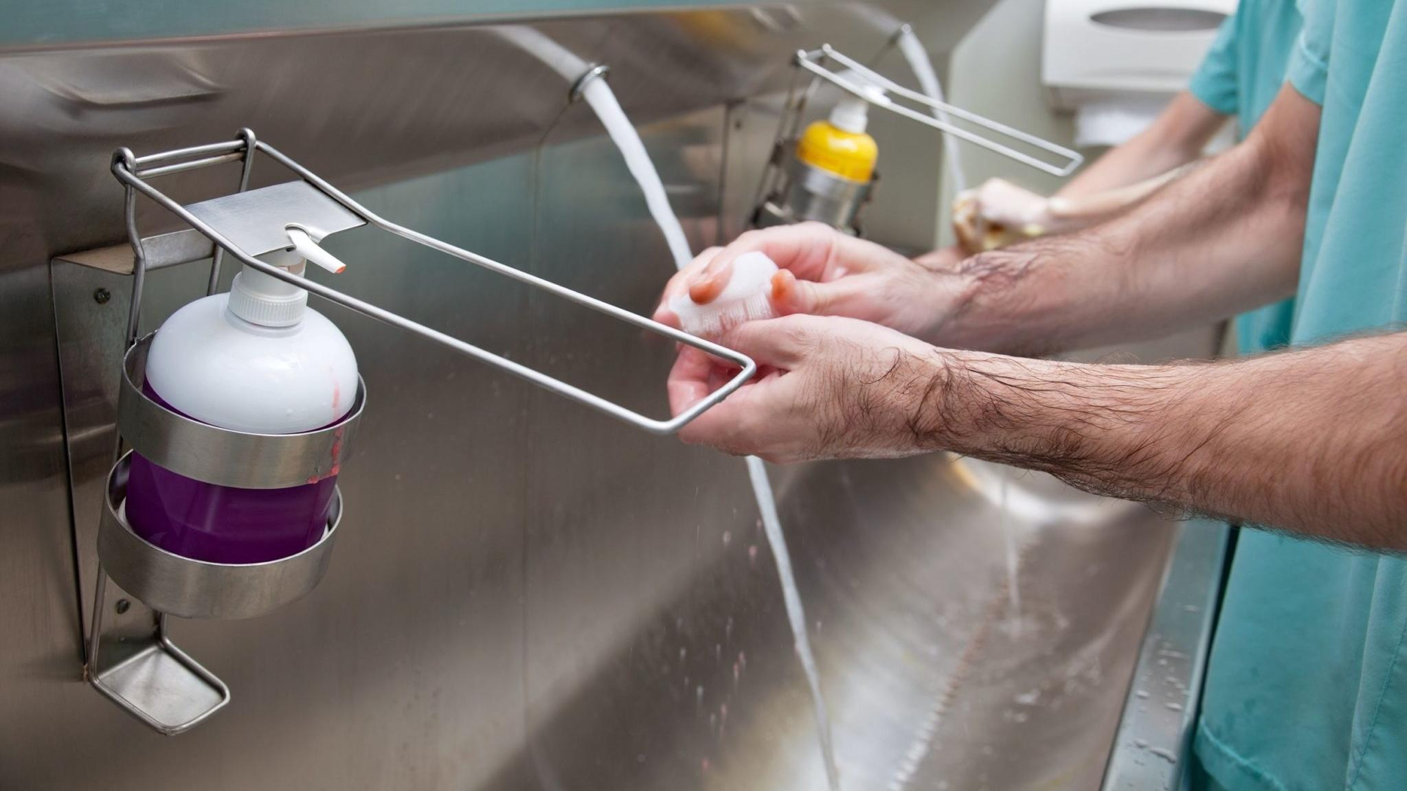 Бактерии приобретают устойчивость даже к спирту