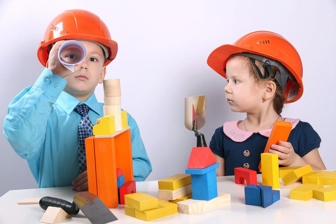Маленькие дети используют инструменты, полагаясь на основные законы физики