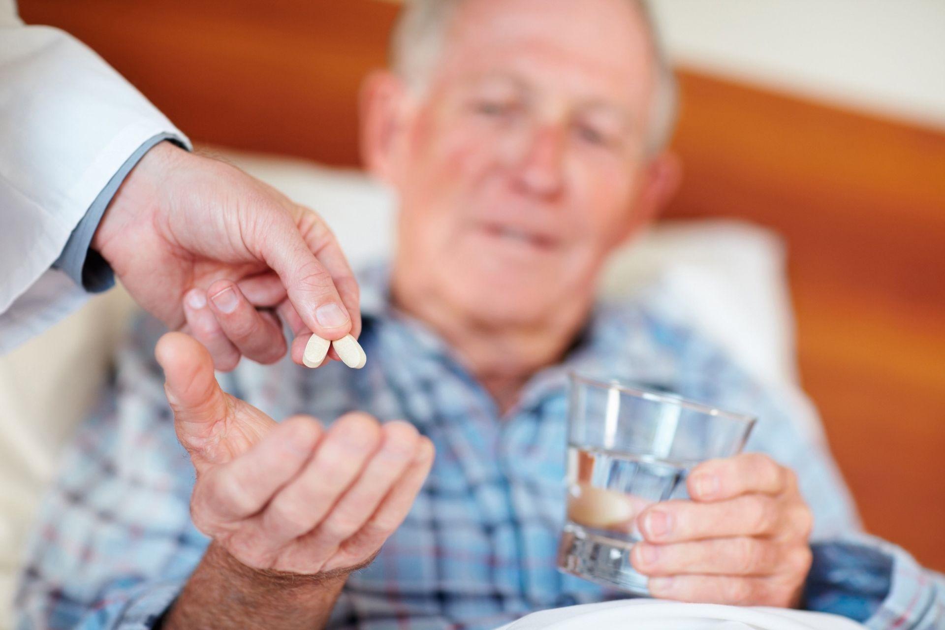 Врачам рекомендуют учитывать «экономическую доступность лечения» при назначении лекарств пожилым