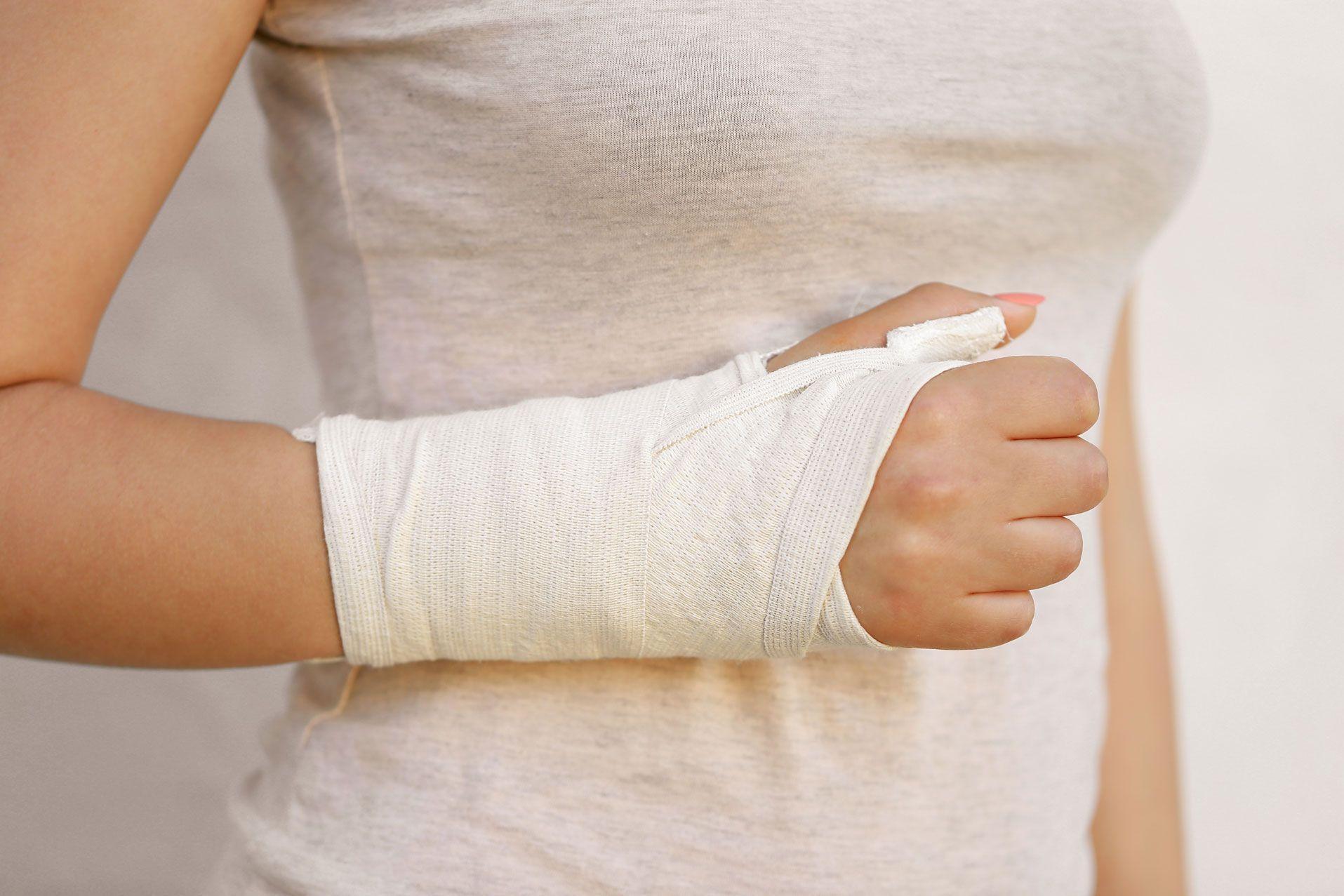 Сломали правую руку