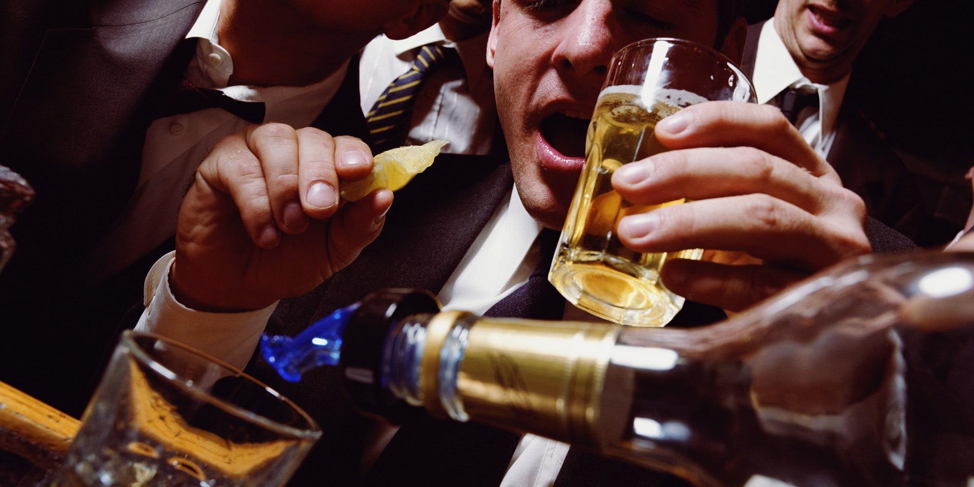 Частые пьянки повысили артериальное давление у мужчин
