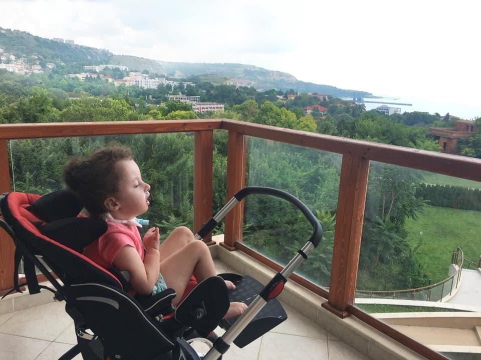 Саша едет на море: как решиться на путешествие с тяжелобольным ребенком