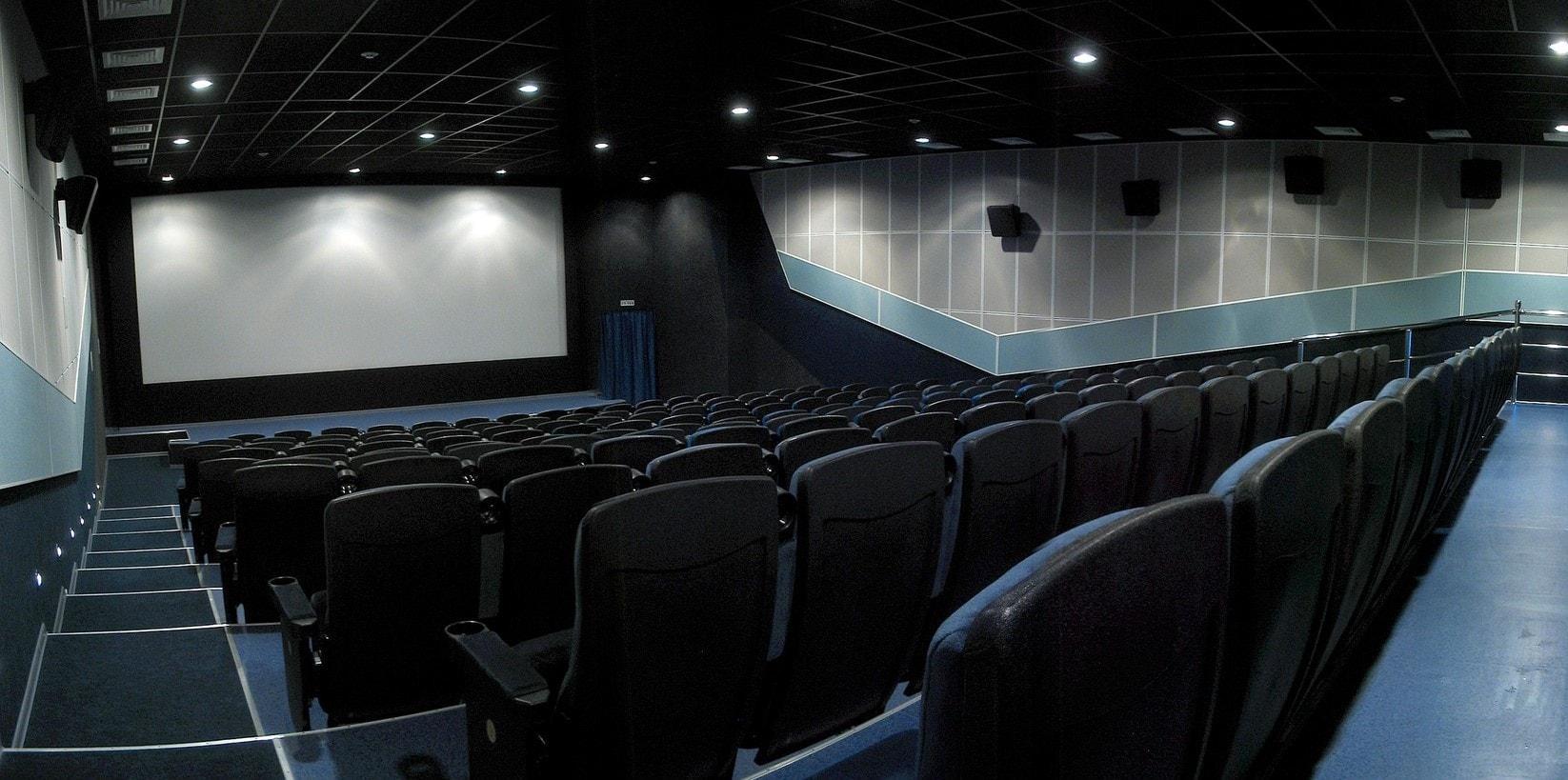Минкультуры потребовало от кинотеатров адаптировать залы для незрячих и глухих людей