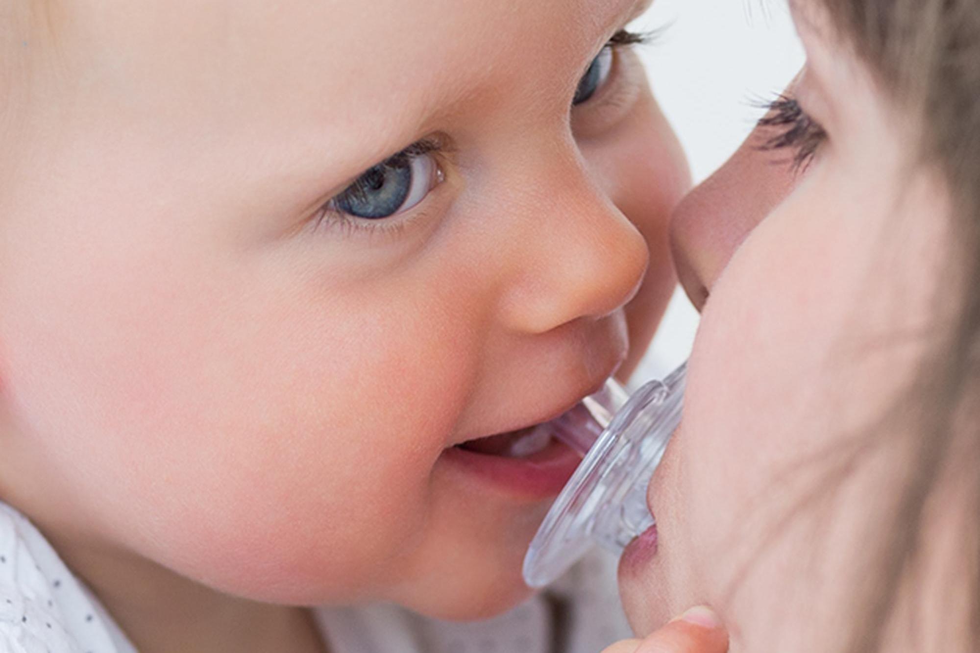 Облизывание детских сосок назвали профилактикой аллергии